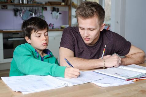 大型補習社定私補好 - 私補老師正在教導學生